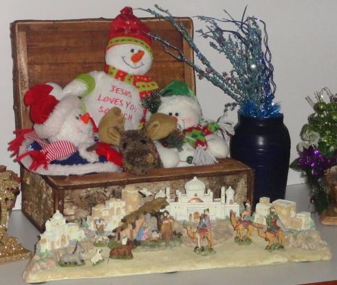 Yeti and Family Sing Carols